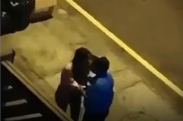 Chica besa a policía para que no la multen por romper toque de queda