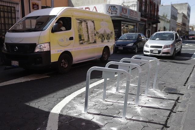 Bici estacionamiento en Centro Histórico reduce carril de autos