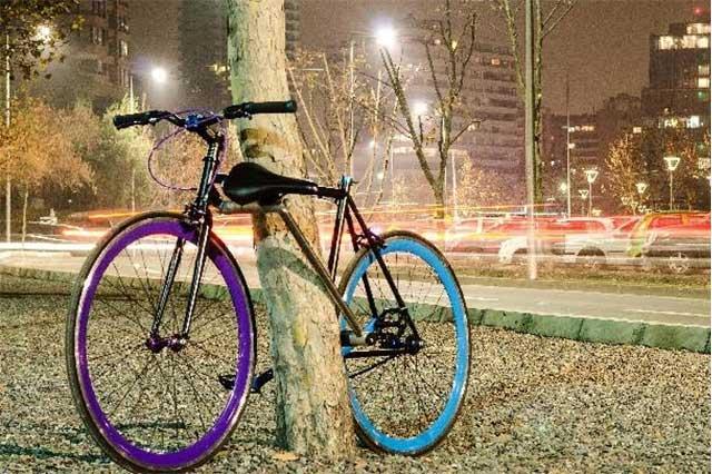 En China, joven tala árbol para robarse una bicicleta