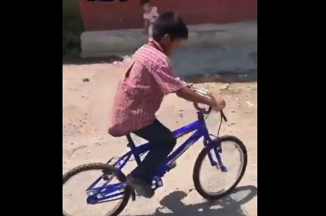 Regalan bicicleta y Tablet a niño que hace mandados por 5 y 10 pesos