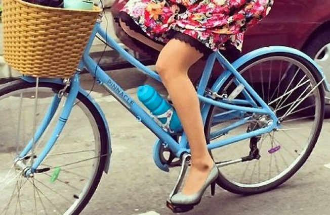 Desinhibida chica que viajaba en bici en topless sufre aparatosa caída