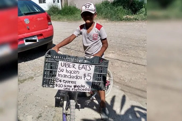Con ayuda de su bicicleta, niño buscar ganar dinero haciendo mandados
