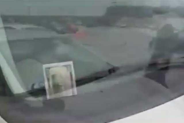 Billete en el parabrisas, la nueva forma de robar autos