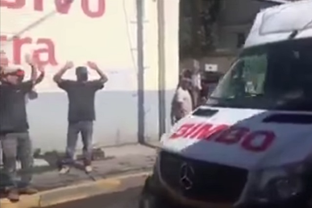 VIDEO: Así se burlan jóvenes de repartidor de Bimbo en la calle