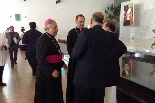 Rechaza arzobispo de Puebla que uniones gay adopten hijos
