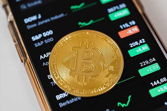 Bitcoin alcanza precio récord histórico de 66 mil dólares