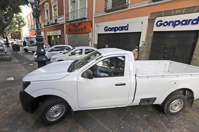 Bloquean con autos operación de ambulantes en Puebla capital