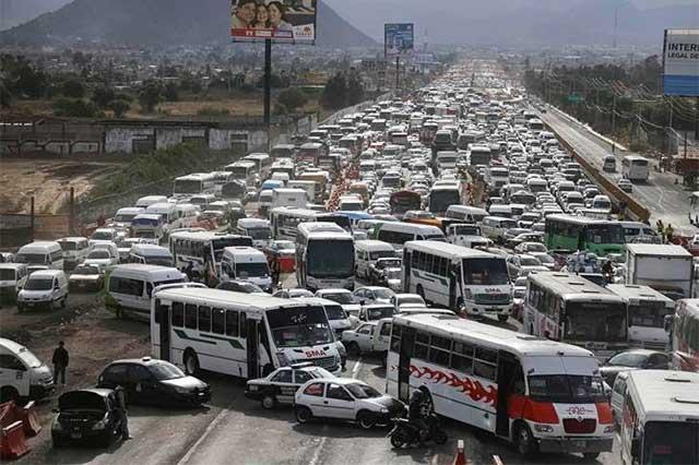 Manifestantes contra el Hoy No circula abren un carril de la México-Puebla