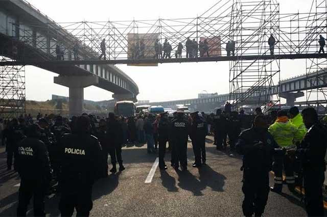 Mantienen bloqueo en la México-Puebla y exigen puente peatonal