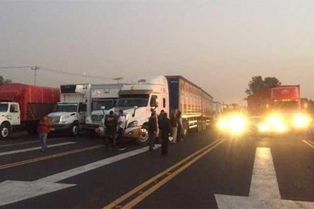 Protestan por el Hoy no Circula y bloquean salidas a Puebla y Cuernavaca