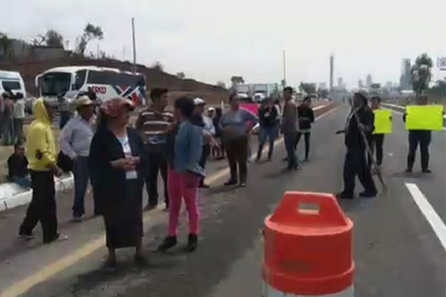 Vecinos cierran autopista a Atlixco en protesta contra inmobiliaria
