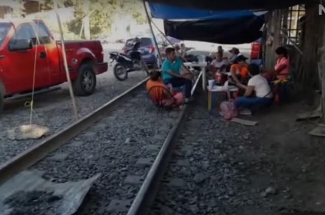 CNTE vuelve a bloquear las vías del tren en Michoacán