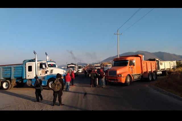 Transportistas bloquean carretera en Cuyoaco por falta de pago