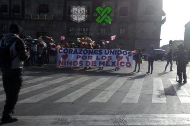 Maestras de estancias infantiles bloquean tránsito en el Zócalo CDMX