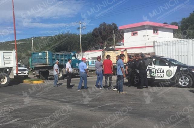 Ahora bloquean la carretera Tecamachalco-Cañada Morelos