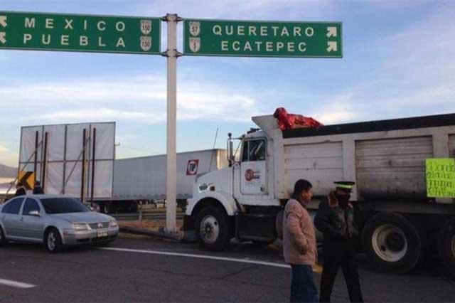 Tercer día de bloqueos afecta a la autopista de Puebla a México