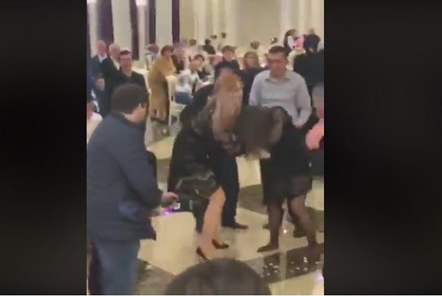 2 mujeres pelean por ramo de la novia en boda y video es viral