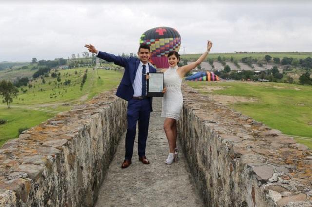 Se casan sobre el Acueducto de Xalpa en el Estado de México
