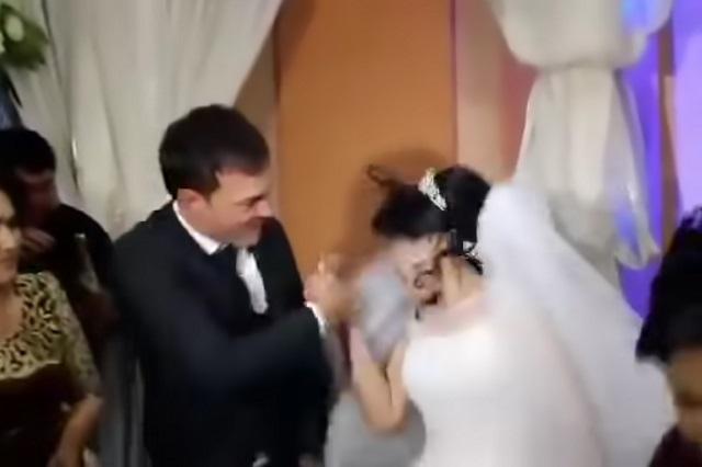 Novia recibe violenta cachetada de su esposo el día de su boda