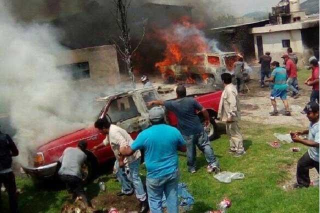 Arde bodega con huachicol en Acajete; bloquean a bomberos