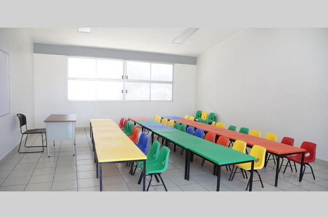 Karina Popoca entrega aulas didácticas en San Andrés Cholula