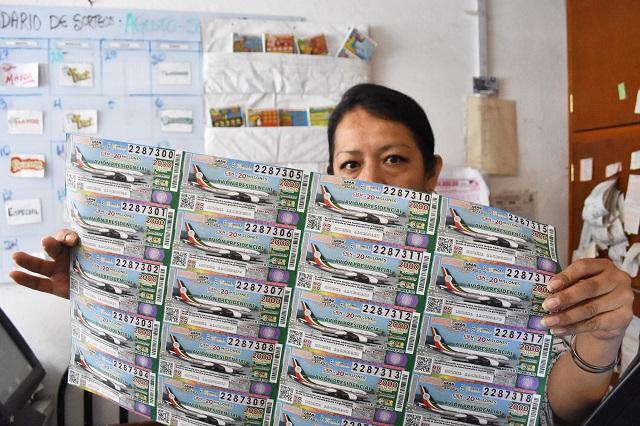 Mujer vende cubrebocas para comprar cachito para rifa