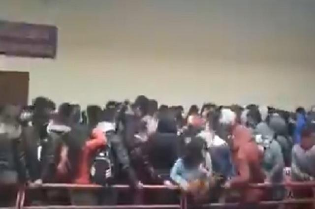 Video: captan a estudiantes de Bolivia cayendo desde un cuarto piso