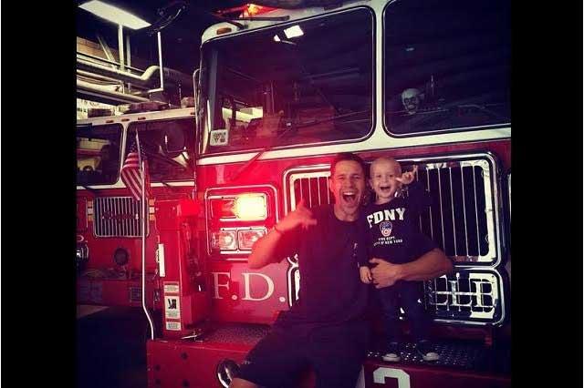 Niño que lucha contra el cáncer cumple su sueño de ser bombero
