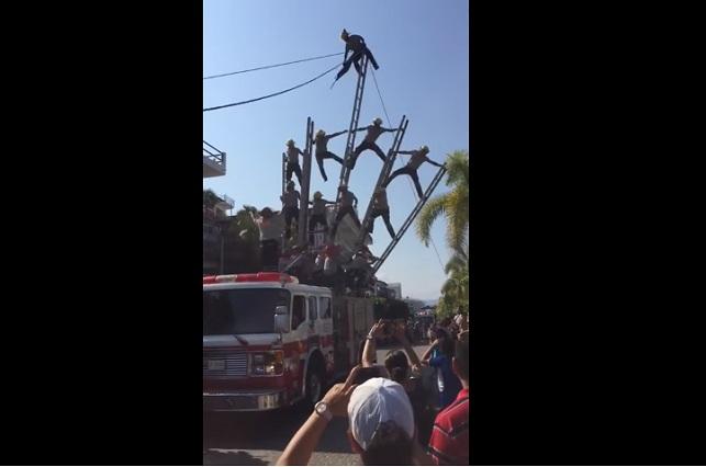 VIDEO Bomberos sufren impactante accidente durante desfile