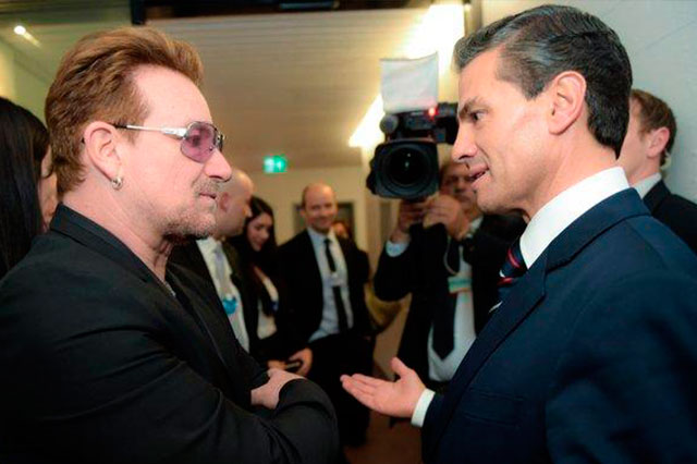 Durante el Foro de Davos, Suiza, se saludan Bono y Peña Nieto