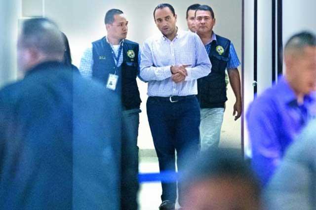 Denuncian que las autoridades de Panamá tienen a Roberto Borge en una jaula