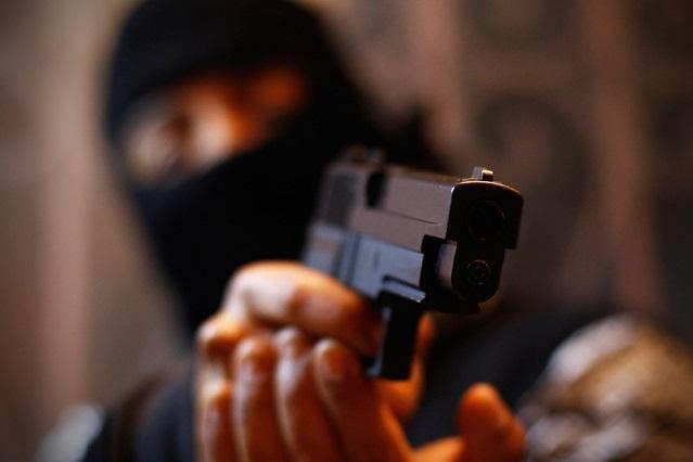 A punta de pistola paran a chofer y le roban auto al sur de Puebla