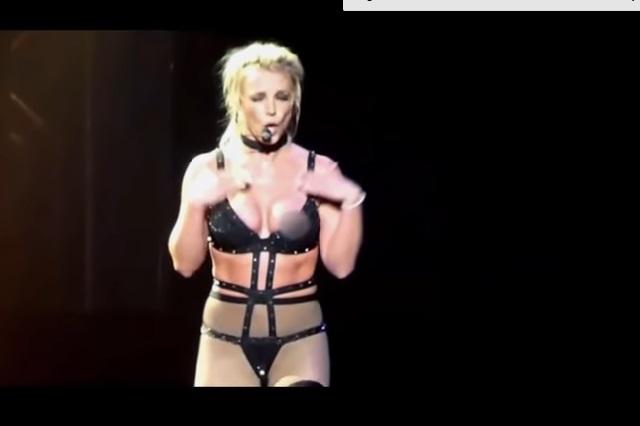 Video: Britney Spears vuelve a enseñar uno de sus pezones en un concierto
