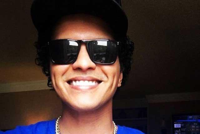 Bruno Mars dona un millón de dólares a causa benéfica