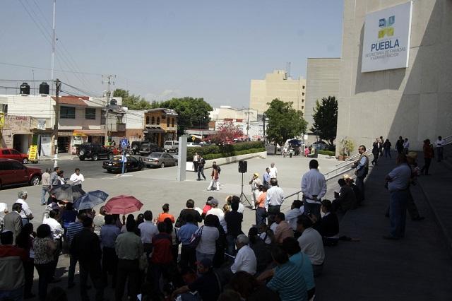 Organizan burócratas despedidos centro de acopio de víveres