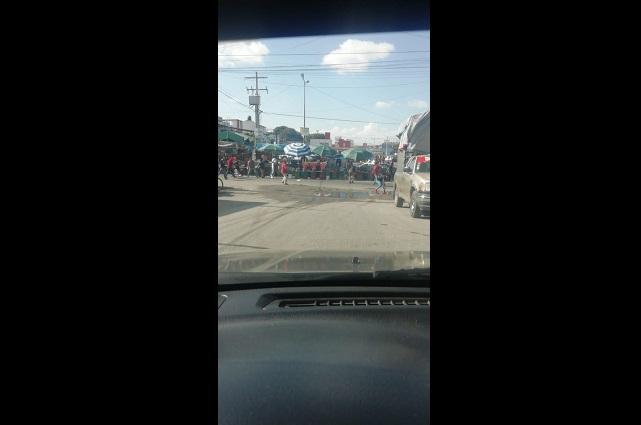 Chocan policías y ambulantes por venta de pirotecnia en Puebla
