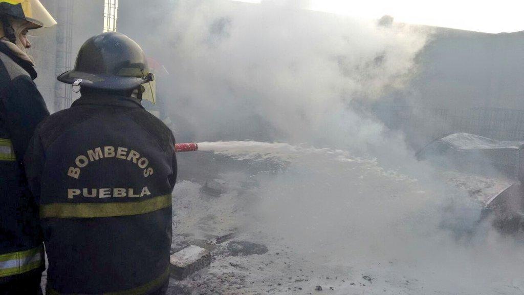 Pipa y camioneta con gasolina robada arden en una bodega