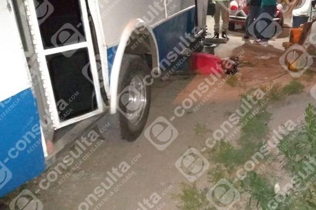 Mecánico muere aplastado por microbús que arreglaba