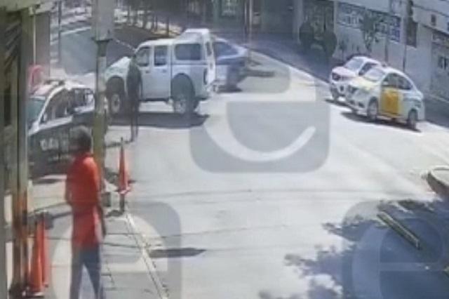 Camioneta del gobierno estatal choca con patrulla en Santiago