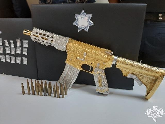 Cae El Yori en Tehuacán con rifle AR-15 chapado en oro