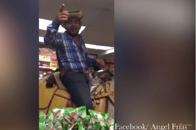 Hombre entra a comprar cervezas a un OXXO montado en su caballo