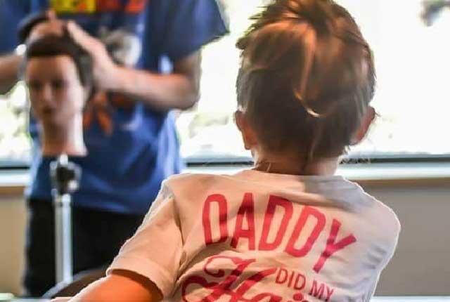 Furor en Facebook: Padre soltero va a clases para aprenden a peinar a su hija
