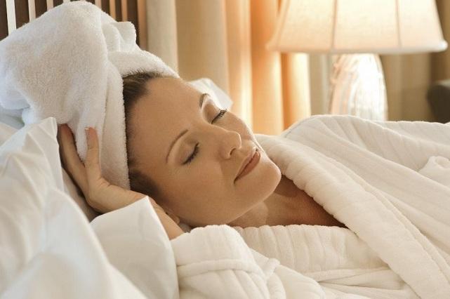 5 razones para que dejes de dormir con el cabello mojador