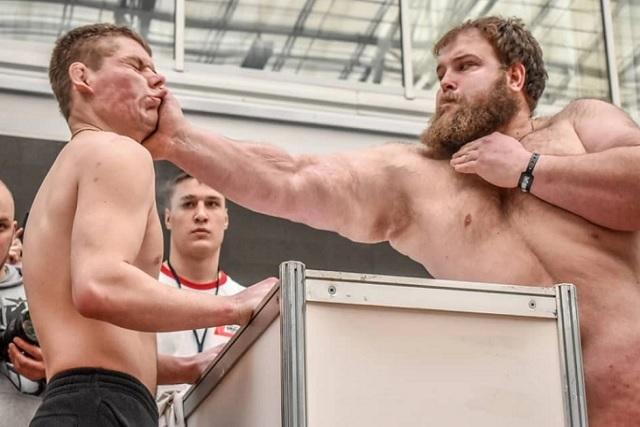El concurso de cachetadas que ganó un granjero ruso de 160 kilos