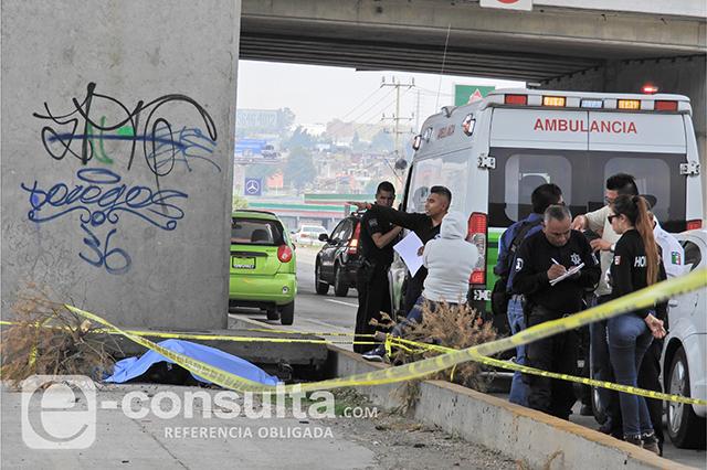 Dejan cadáver golpeado en camellón de la México-Puebla