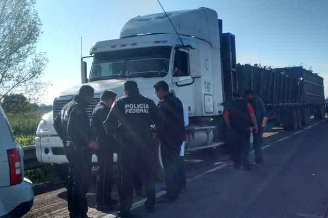 Hallan en Xoxtla cadáver en un trailer que fue asaltado