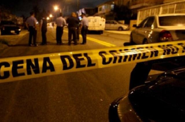Desde auto en marcha tiran 3 cadáveres en Iztapalapa