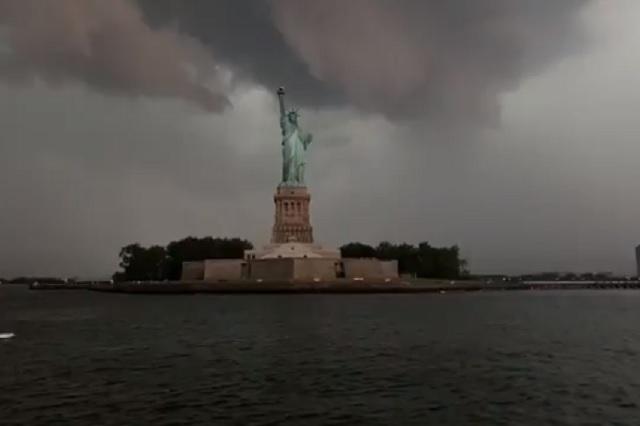 Cae tremendo rayo sobre estatua de la libertad durante tormenta