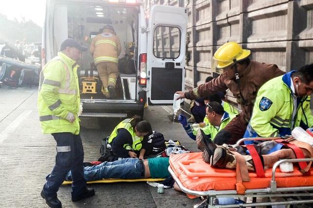 Auto con familia cae de un puente en la México-Puebla y deja 6 heridos