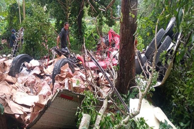 Cae tráiler del puente Coatza 2 y muere chófer; cometieron rapiña